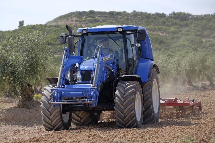 Tractor Metano. Foto Bodegas Torres y New Holland